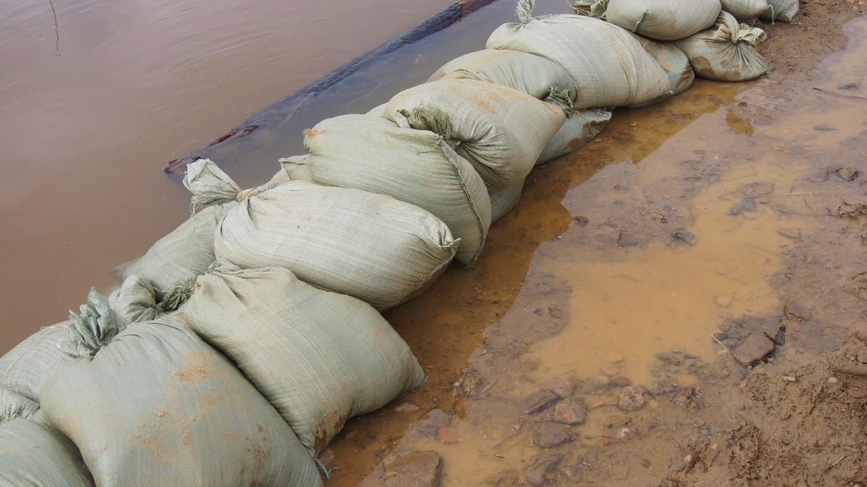 Hochwasser Maßnahmen was tun vorher nachher Bautrocknung Duregger Wasserschaden Wasserschadensanierung Sanierung Schlamm Überschwemmung Regen Magazin Sandsäcke