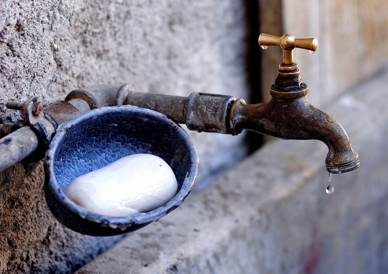 Rohrbruch Hilfe was tun Wasserrohrbruch Bautrocknung Duregger Leitung Lochfraßkorrosion Wasserzufuhrsystem Schaden Wasserschaden Wasserhahn