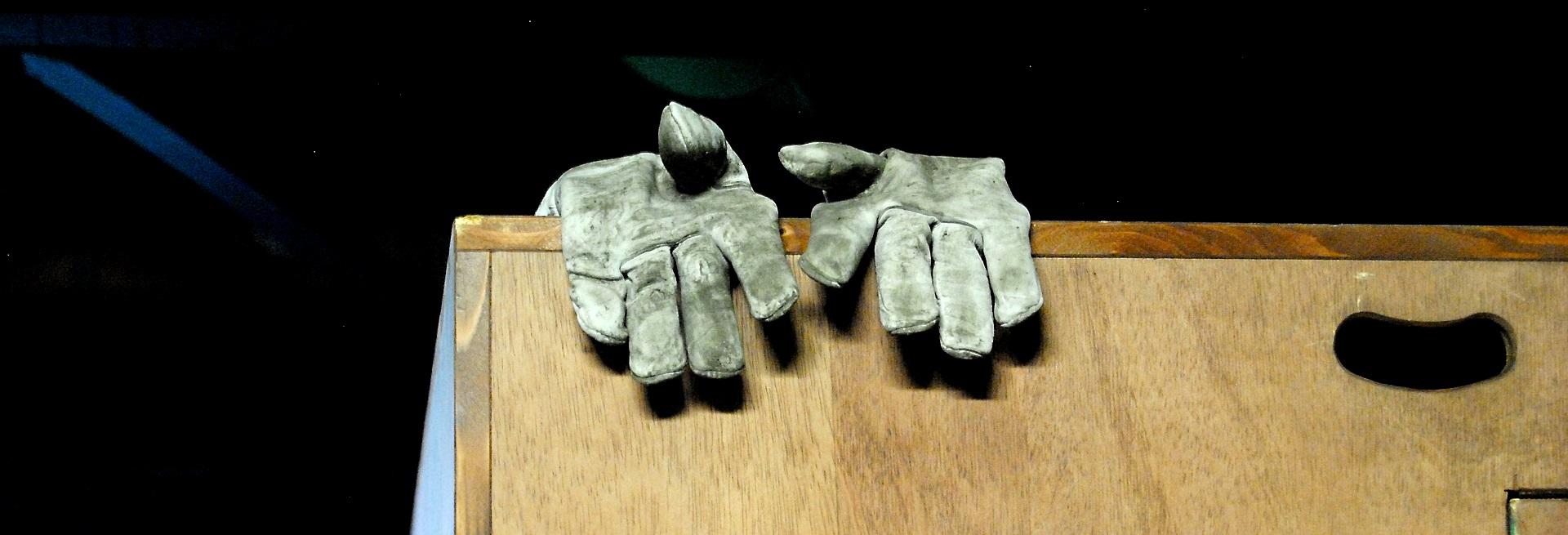 Feuchtigkeit im Bau reduzieren Bautrockner Bautrocknung Duregger Trocknungsgeräte mieten München Baustelle Neubau Schnee Handschuhe